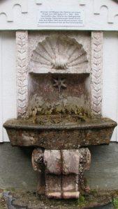Brunnen aus rotem Spitaler Marmor